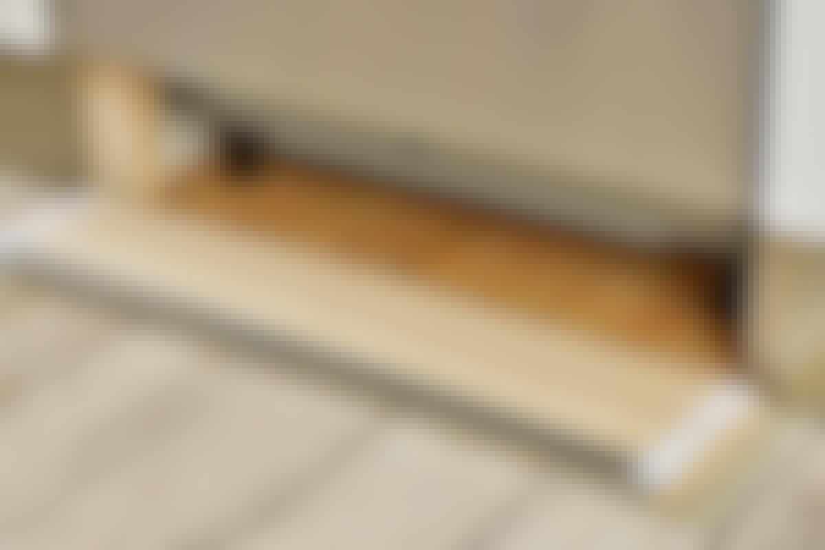 Velcrostrimler holder det løse sokkelstykke på plads og er lige til at trække fra hinanden igen.
