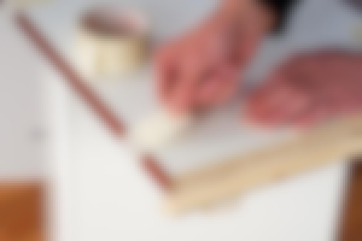 Hold listerne fast med tape, mens trælimen tørrer