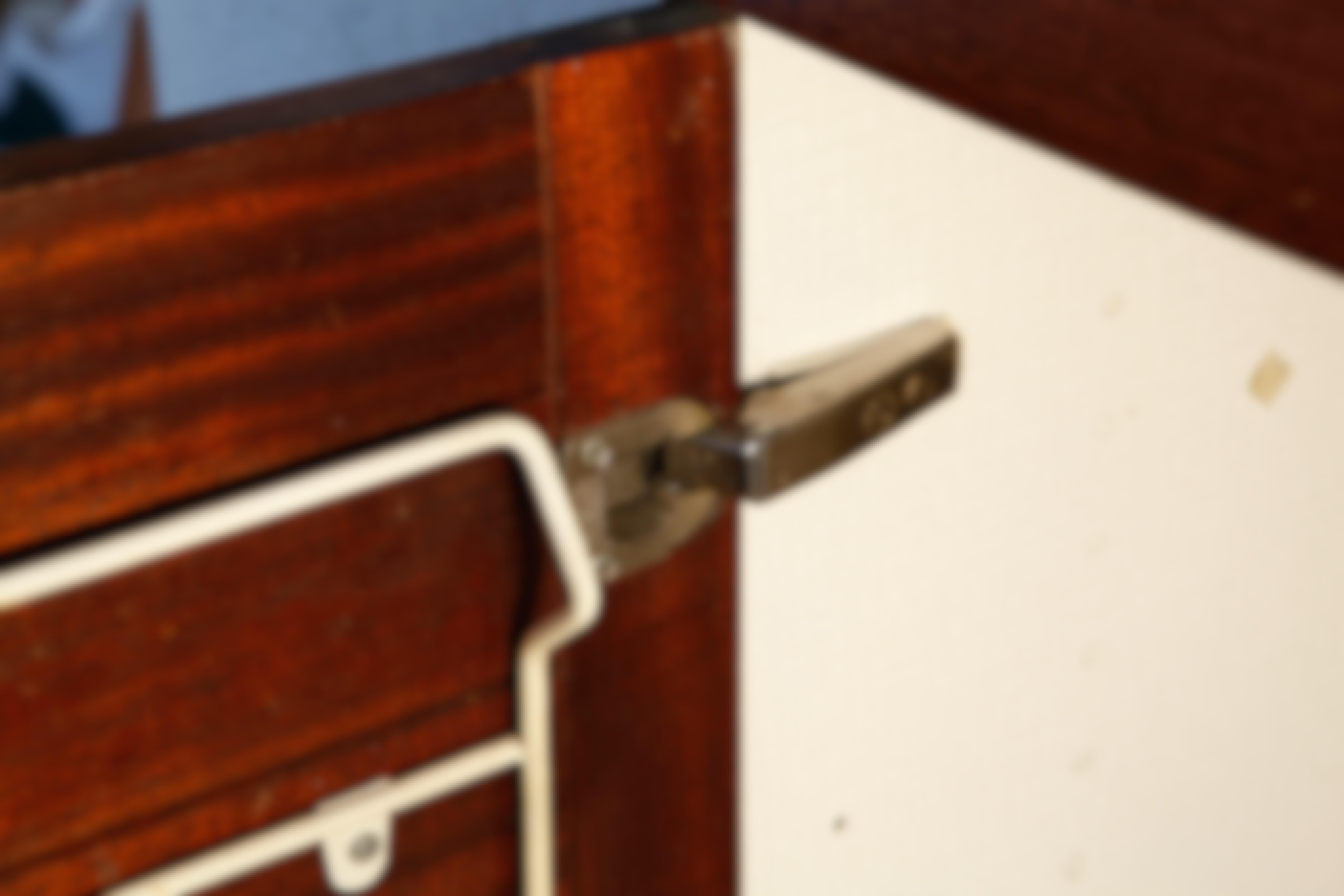 Kuinka suoristan keittiönkaapiston notkahtaneet ovet?