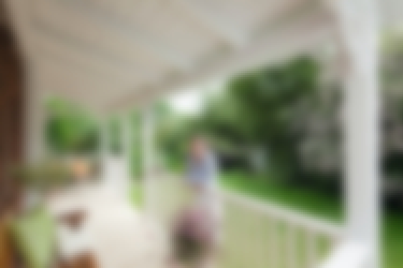 Den vackra verandan ger dig extra utrymme och ger dig möjlighet att vara ute, även när det regnar.