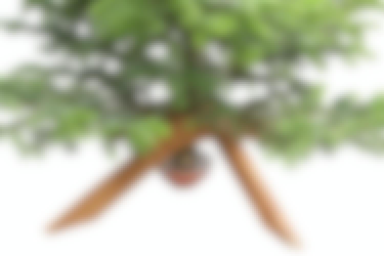 Fire helt identiske stykker træ udskåret af en enkelt 2 meter lang planke bliver til en elegant og stabil juletræsfod.