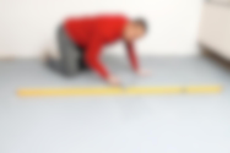 Tegn opp på gulvet, slik at du har kontroll på hvor det er fordypninger og buler.