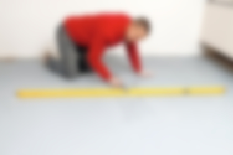Tegn op på gulvet, så du  har styr på, hvor der er lunker og buler.