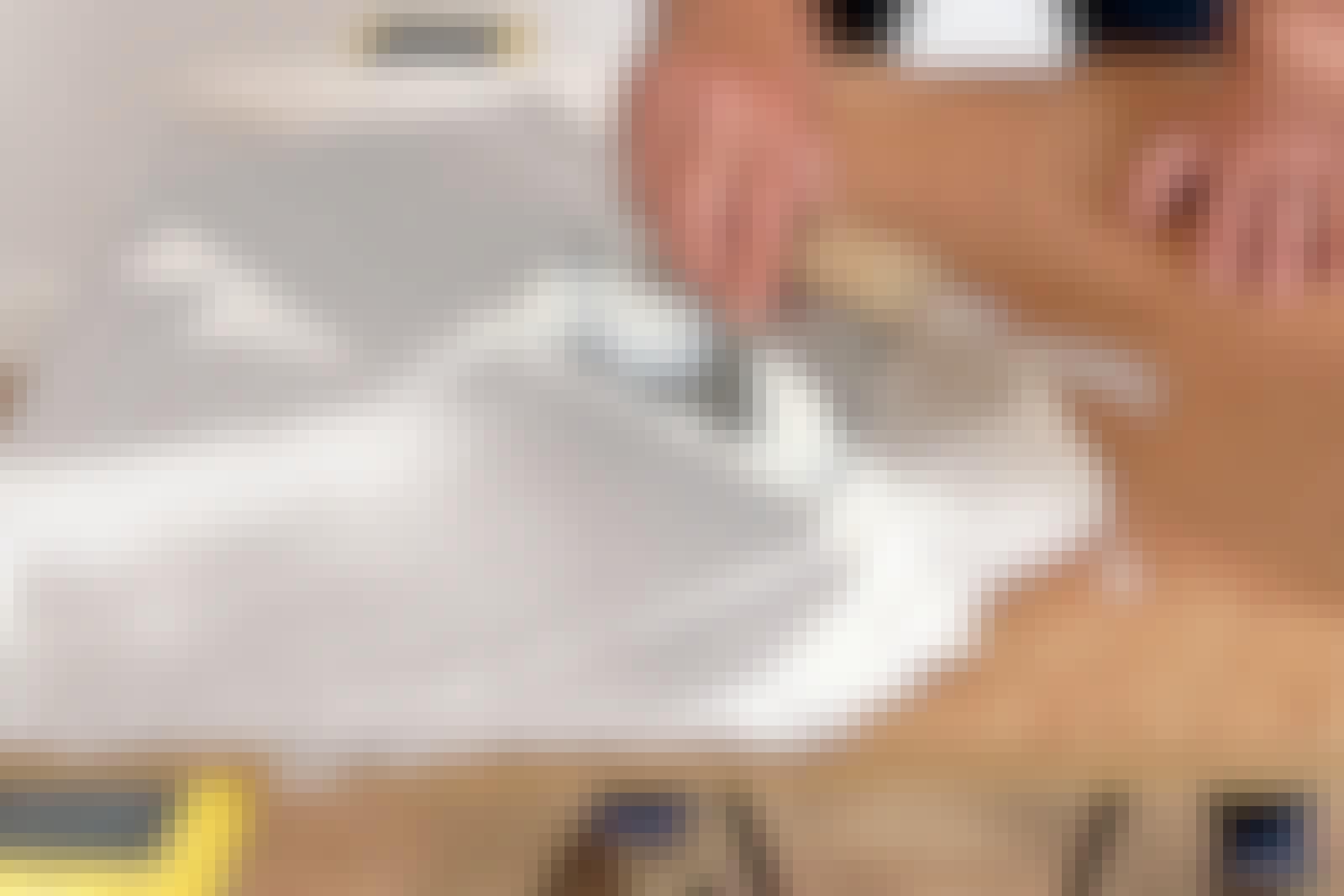 Linoleum: Med en spartel påføres hvid trælim i et ensartet, jævnt lag.