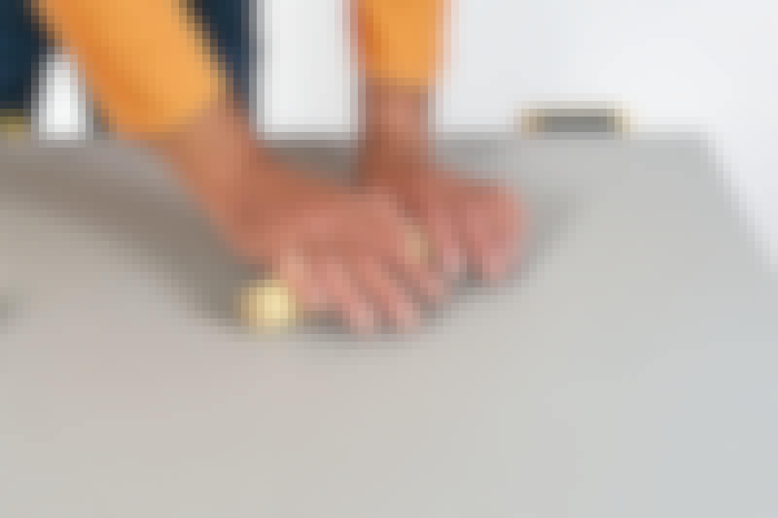 Linoleum: Her rettes linoleumet ut med en tykk rundstokk.