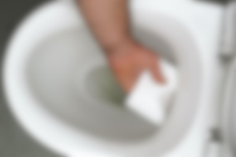 Du kan testa att sätta lite torrt toalettpapper i skålen, en bit ovanför vattnet. Blir det vått så sipprar vattnet långsamt ut och du måste täta – förblir det torrt är allt i sin ordning.