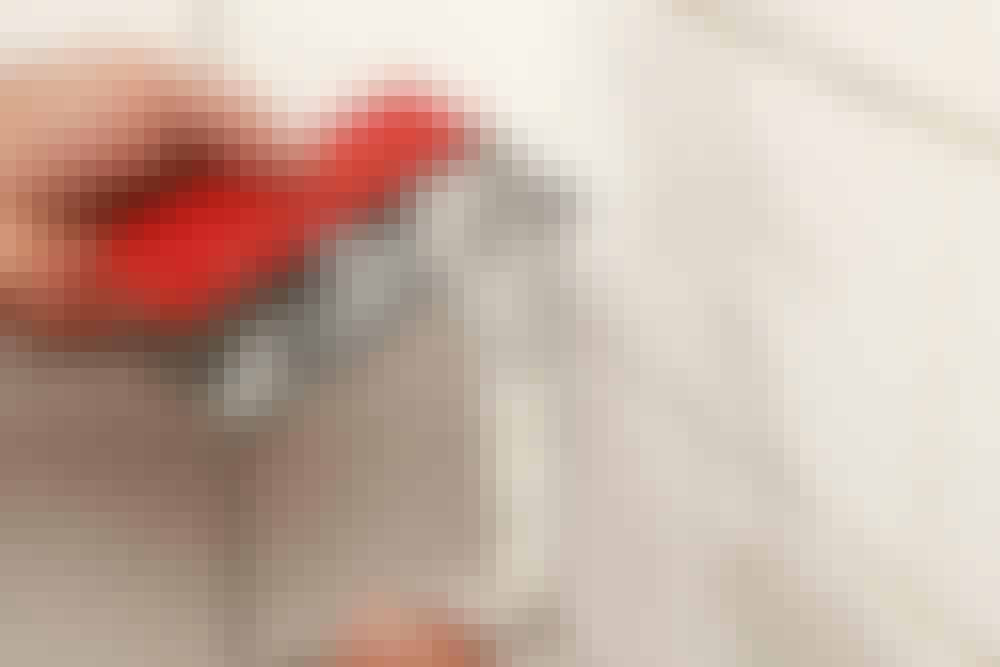 Fugning af fliser: Fugemasse blandet efter anvisningerne lægges på en gummispartel med en murske