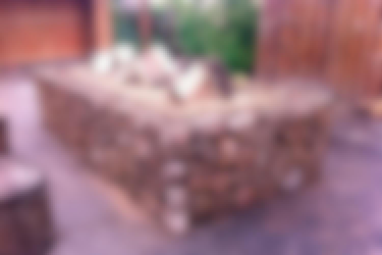<strong>Bålsted af sten og rionet</strong><br> Hvis du ønsker dig et stort, højt bålsted, kan du bygge det med sider af rionet, der fyldes op med store sten. Bålet laves blot direkte ovenpå stenene.  <br> <br>
