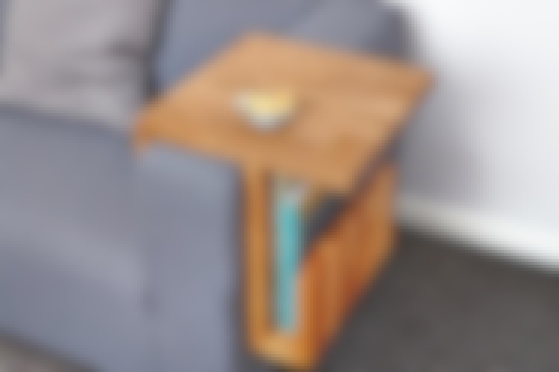 Bygg snygg armstödsbricka till soffan