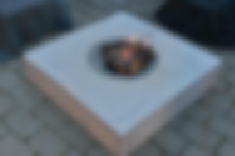 <strong>Støb selv et stilrent bålsted i beton</strong><br>Åben ild på terrassen er den ultimative hyggespreder på en sommeraften.  <strong>BYGGEVEJLEDNING: </strong> [Se, hvordan du let bygger nabolagets flotteste bålsted.](https://goerdetselv.dk/haven/stilrent-baalsted)