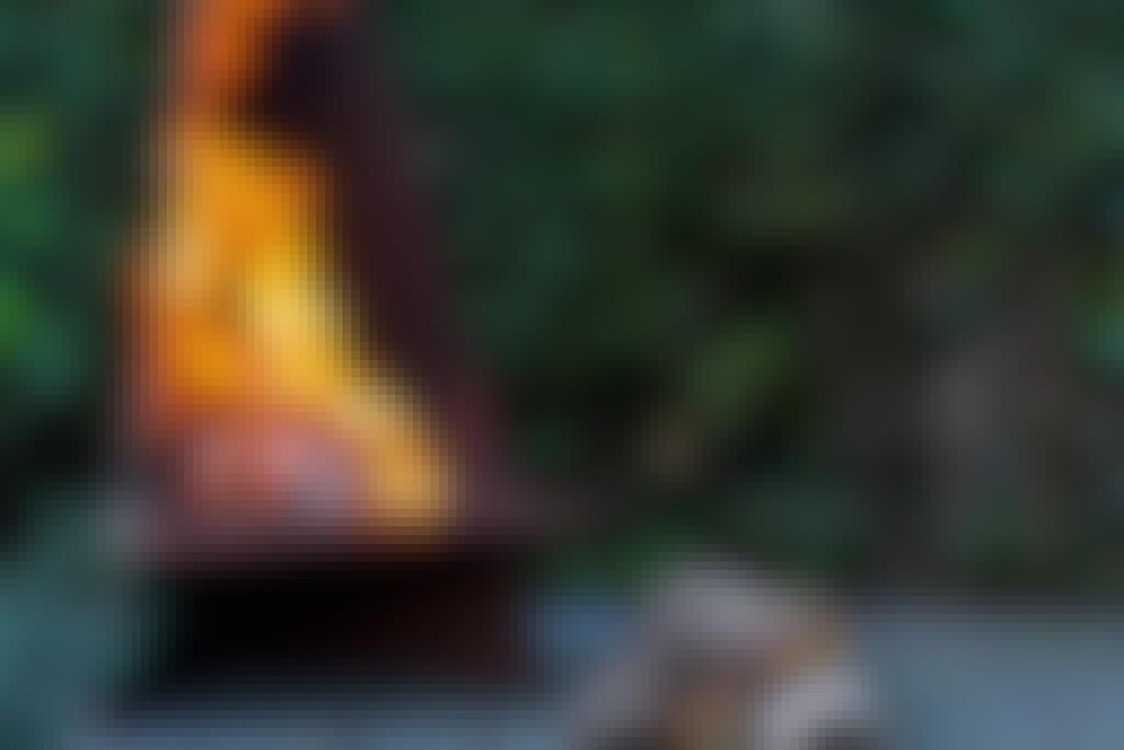 <strong>Byg dit eget BÅLSTED af jern!</strong><br> Det ER bare hyggeligt at sidde ved et flammende bål en sommeraften. Og lægger du bålet til rette i en bål-tipi, har du bedre styr på både gnister og varme.   <strong>BYGGEVEJLEDNING:</strong> [Se her, hvordan bygger bålstedet med form som en tipi](https://goerdetselv.dk/haven/byg-dit-eget-baalsted)