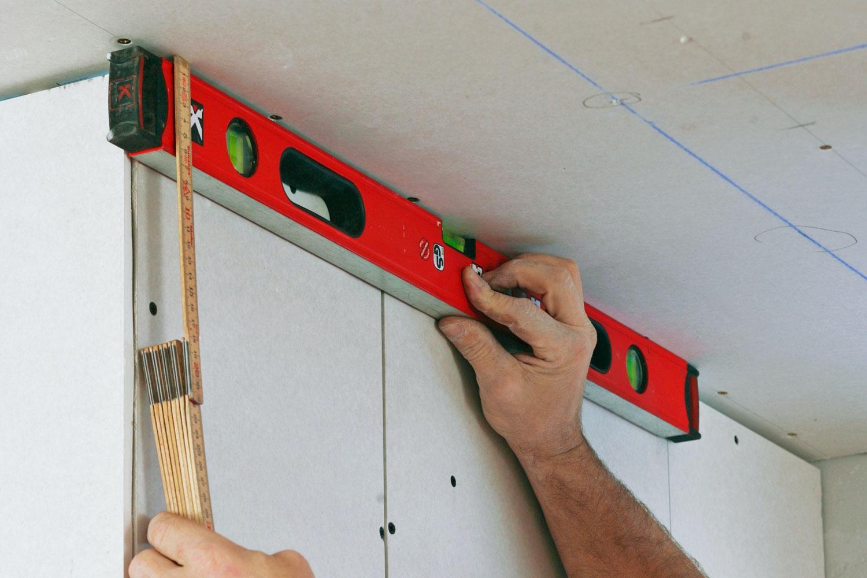 sätta upp gipsskivor i tak