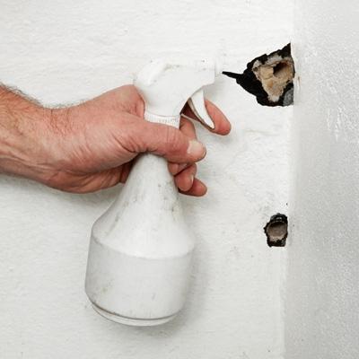 laga hål i väggen tapet