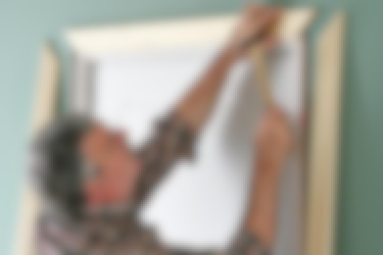 PRECISION: Infattningar används för att dölja övergången mellan vägg och dörrkarm. Hörnfogarna ska sitta helt kant i kant för att ge bästa intryck.