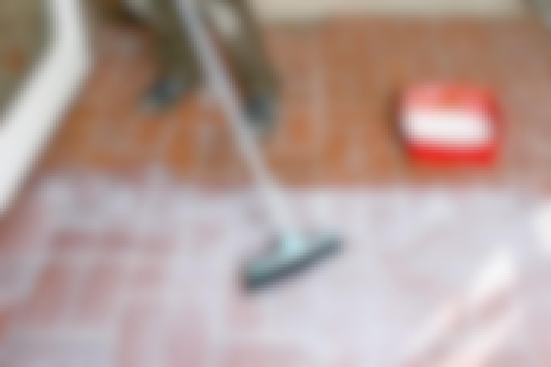 Levitä pohjustetta harjalla vanhojen laattojen päälle, ennen kuin asennat uudet.