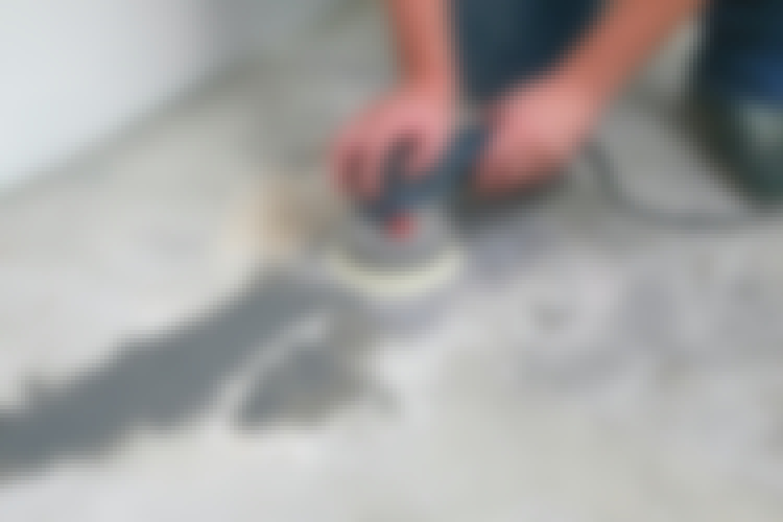 Hio lattia tasaiseksi hiomakoneella, kun kemiallinen metalli on kuivunut.