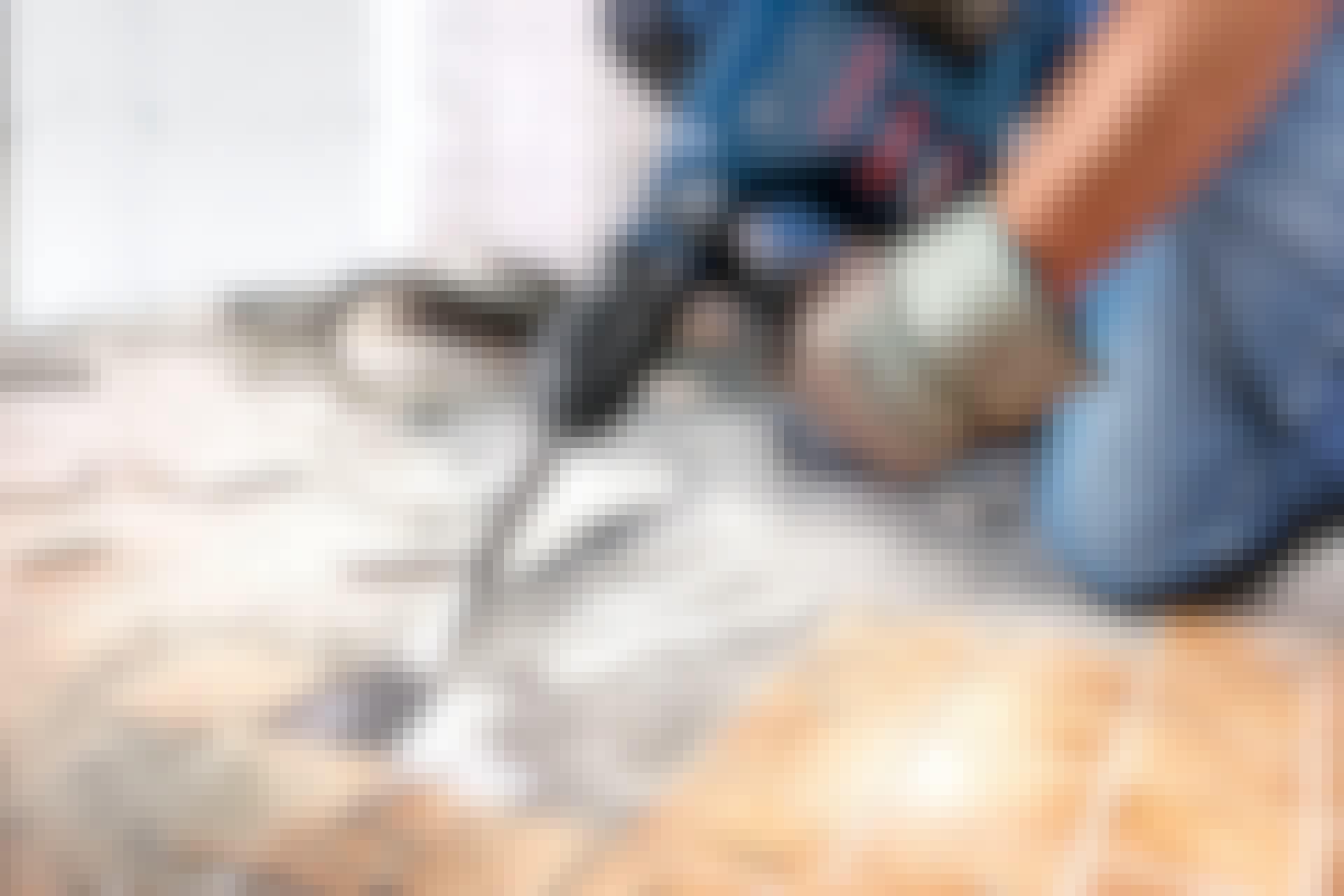 Ta bort plattorna med en borrhammare