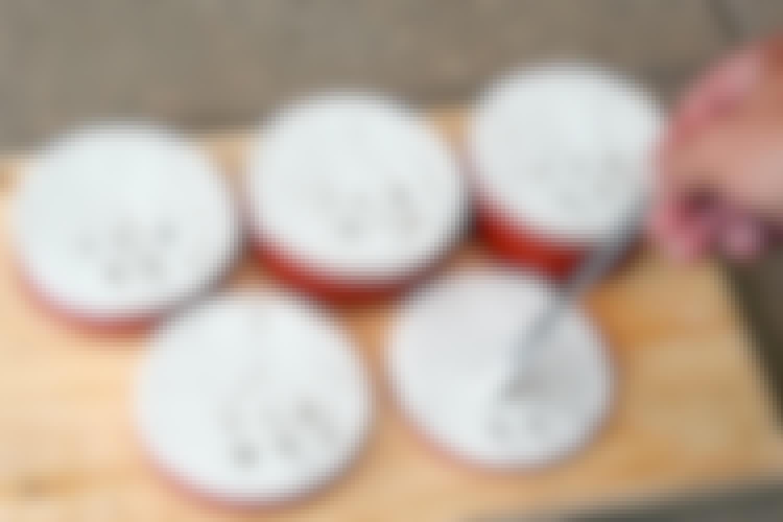 Eksperten skar et oransje PVC-rør i fem forskjellige tykkelser, og fylte hvert rør med gipspuss.