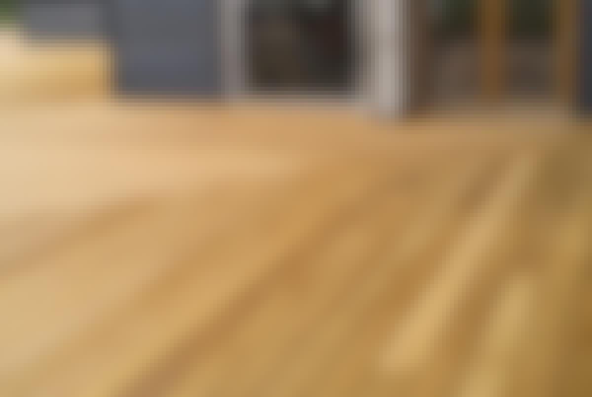 Et smukt terrassegulv uden synlige skruer giver en eksklusiv finish og en terrasse, alle vil tale om. Denne terrasse er monteret med CAMO Marksman Pro, hvor de specialdesignede CAMO-skruer (Hidden Fasteners) placeres i værktøjets kamre og skrues ind i terrassebrættes sider.