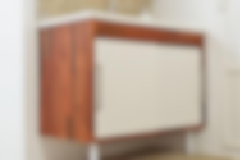 Kovalevy: Tässä kovaa puukuitulevyä on käytetty kaapin oviin.