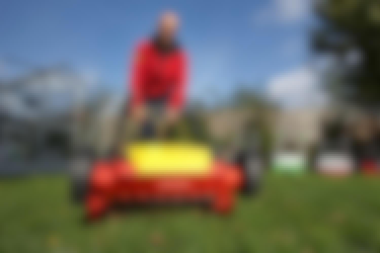 Vertikalskærer til græsplænen