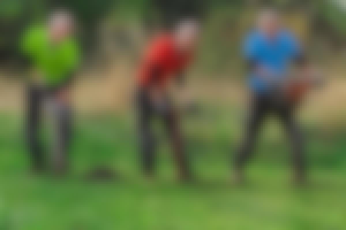Jordbor: Selvom spaden fint kan grave et enkelt hull, blir den fort slått av det manuelle jordbordet - mens jordbordets motoriserte fetter for lengst har passert målstreken.