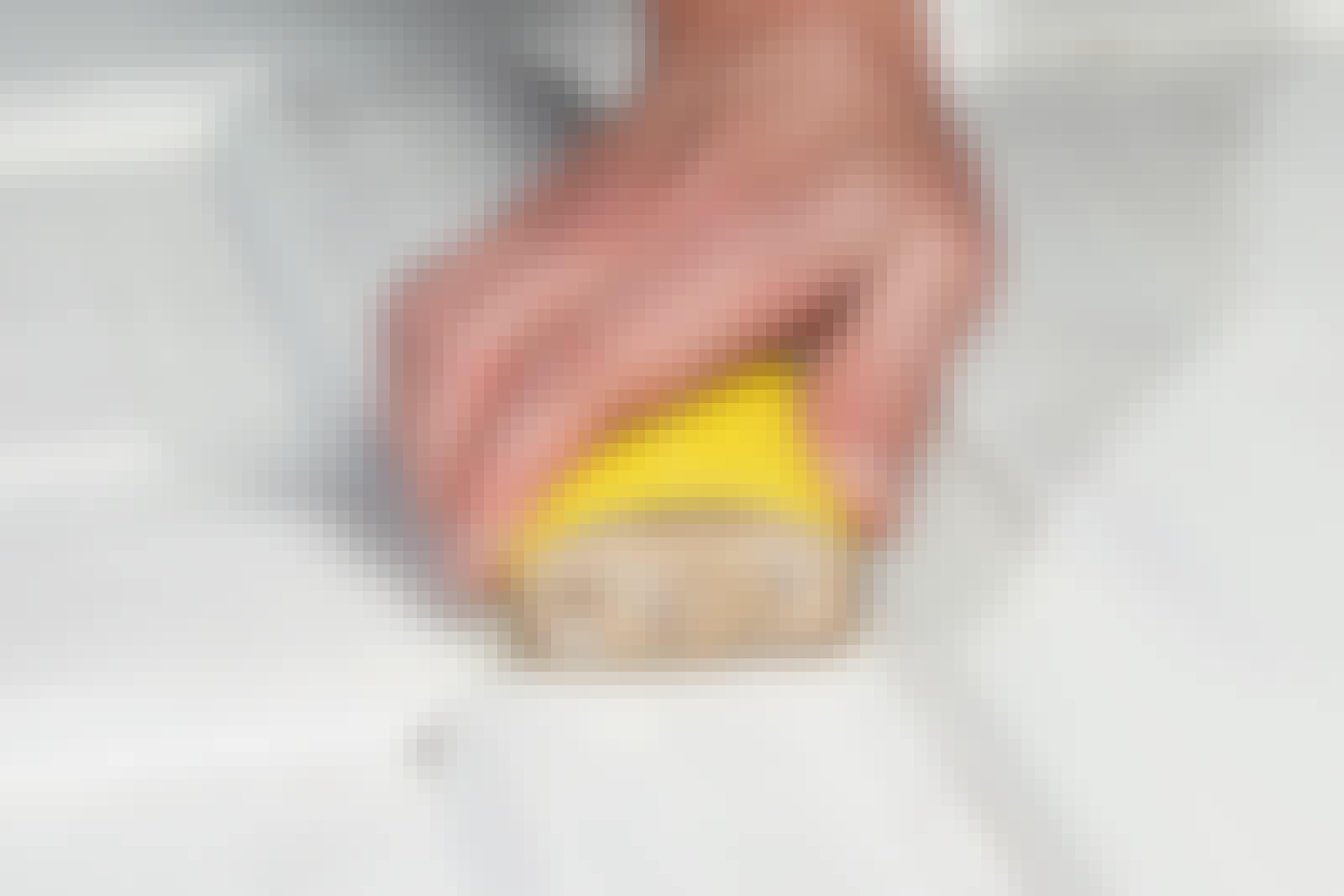 Sandpapir: Det er vigtigt at slibe på langs af træets årer. Håndslibning sætter nemlig slibespor.