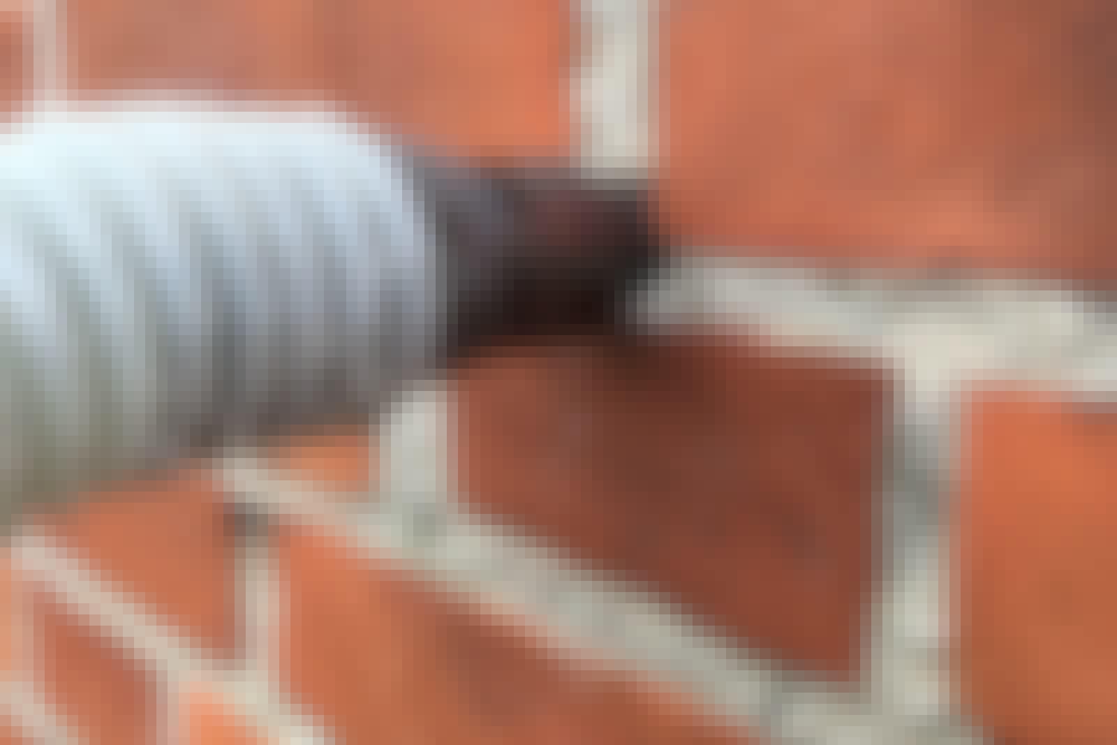 Hulmursisolering: Når der skal hulmursisoleres skal der typisk blot bores nogle huller i murstensfugerne, før granulat eller papiruld kan blæses ind.
