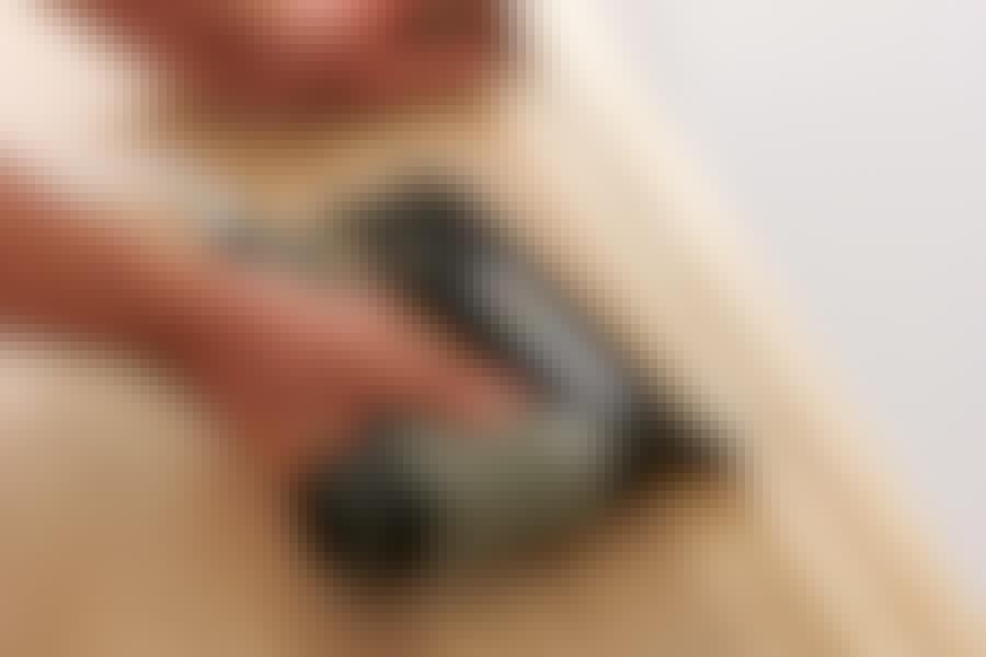 Sømpistol: En sømpistol er lynhurtig. Den høje hastighed betyder, at man sagtens kan sømme på et fjedrende underlag.