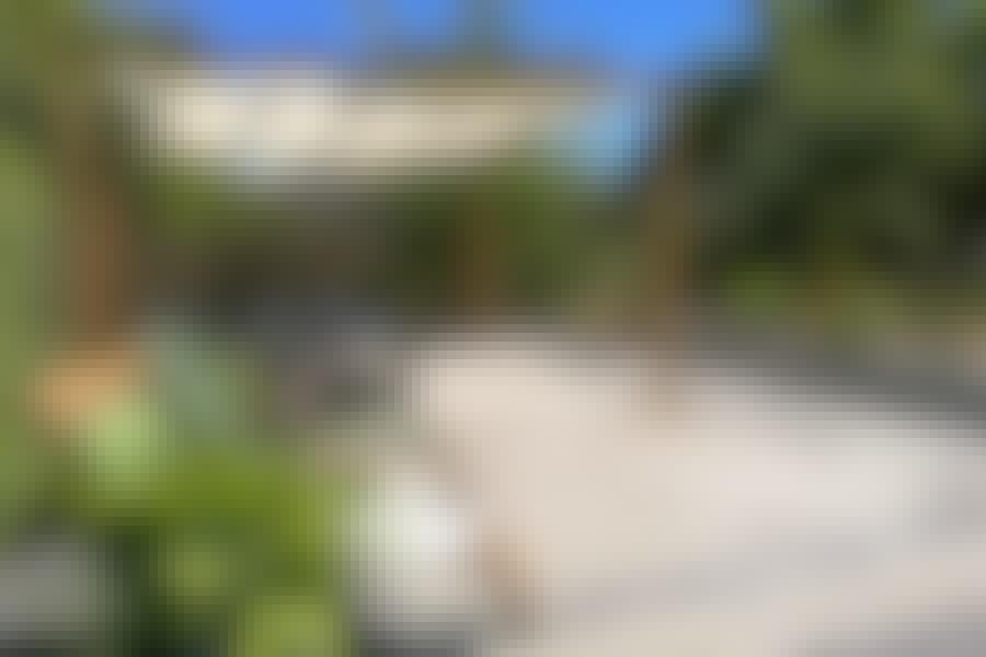 Myshörna med plattor: Snygg terrass med plattor, pergola och solsegel