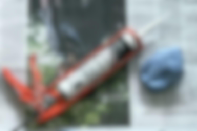 Fogpistol: Det är oundvikligt att fogmassan kladdar när man arbetar med en fogpistol. Därför är det en bra idé att komma ihåg att använda en tidning och en våt trasa.