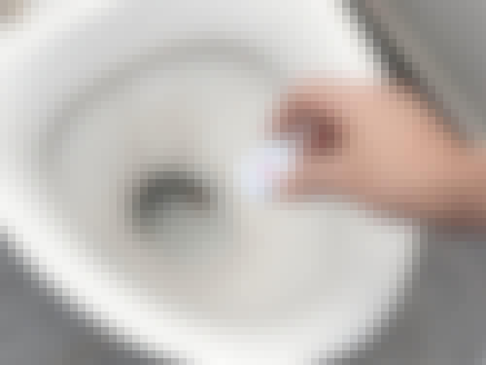 Ta bort kalk: Kalkborttagning av wc-stolen med disktablett