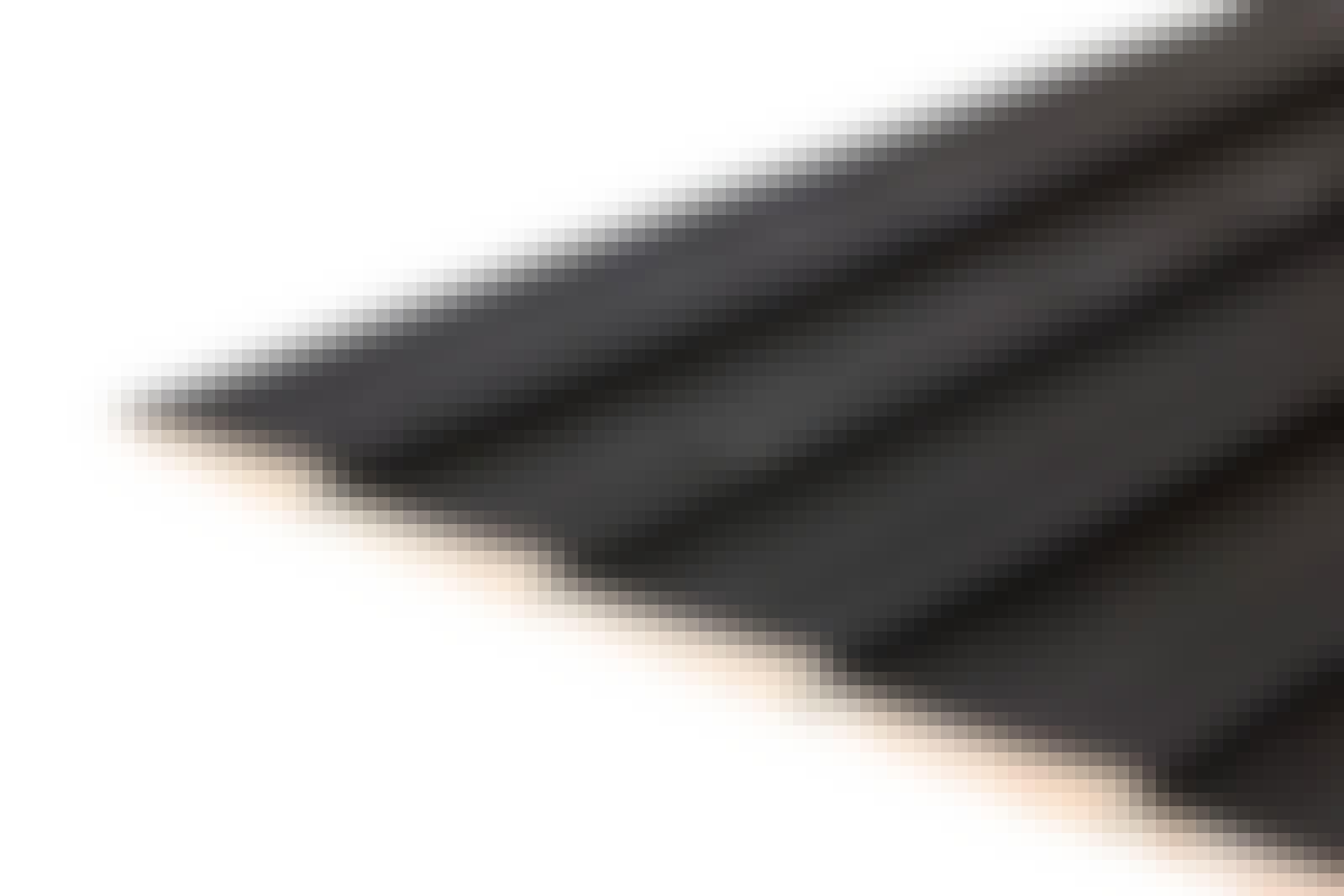 Træbeklædning: Klassiske beklædningsbrædder til en klinkbygget facade. Beklædningsbrædderne samles med fer og not, og de enkelte brædder har en skrå forside, så vandet kan løbe af. Brædderne her er formalede.