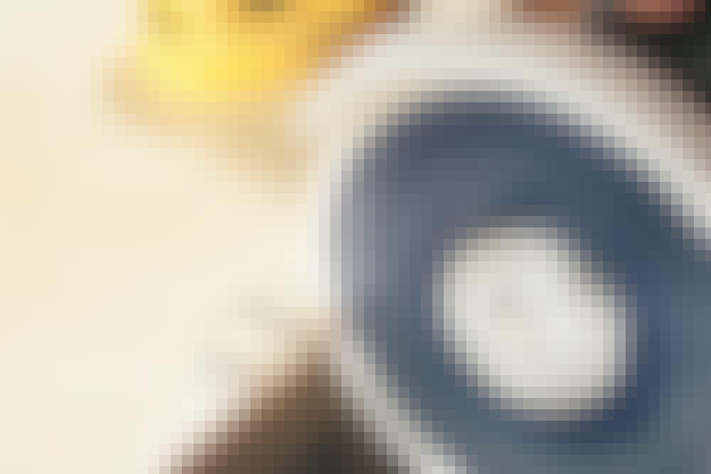 Hack och bågar i kakel/klinker med vinkelslip: En båge i en platta fixar du genom att skära spår i den del som ska bort.