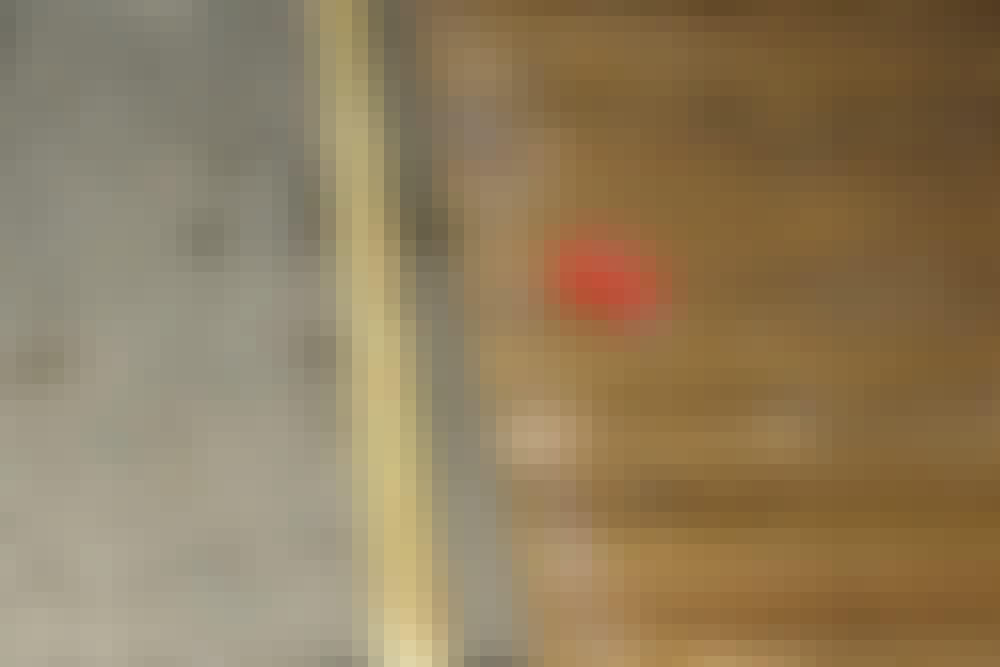 Käsisirkkeli: Lautojen päiden katkaiseminen aloitetaan mittaamalla suorakulmaisen linjan paikka.