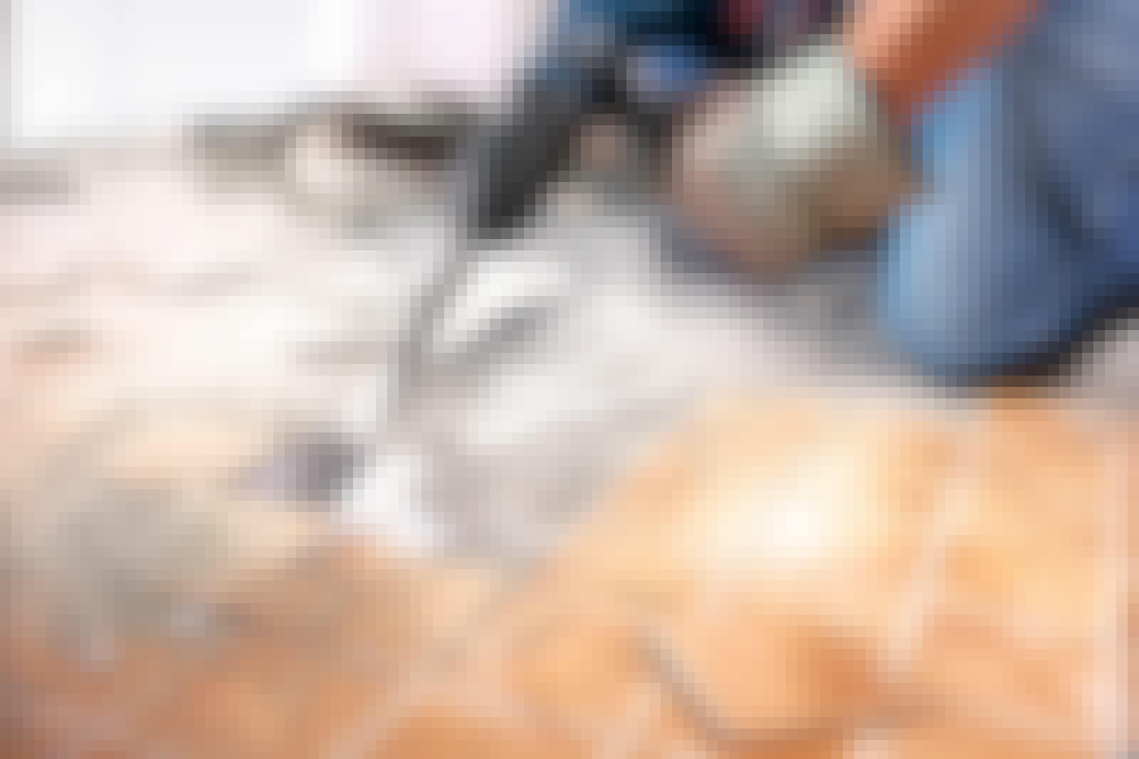mejsel til borehammer: Med en mejsel på borehammeren går arbejdet meget hurtigere end med hammer og mejsel.