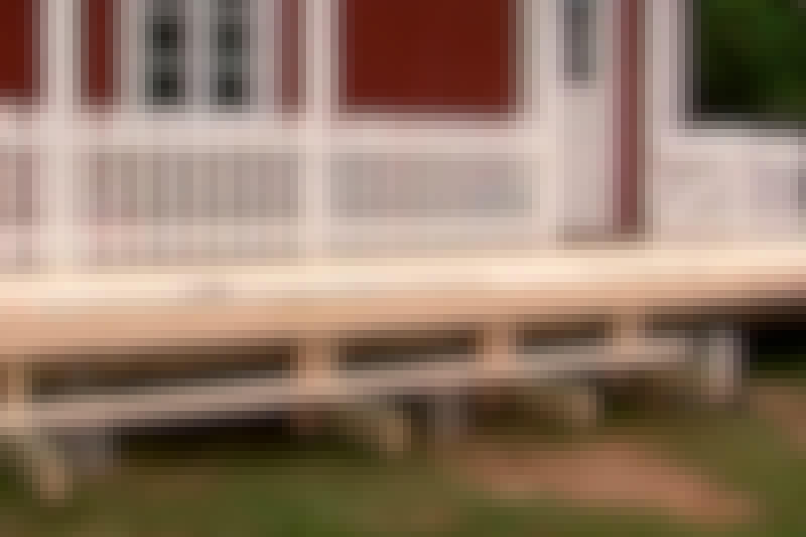 Terassin kaide: Yksi tavallisimmista tavoista on rakentaa kaiteet pystytolppien väliin.