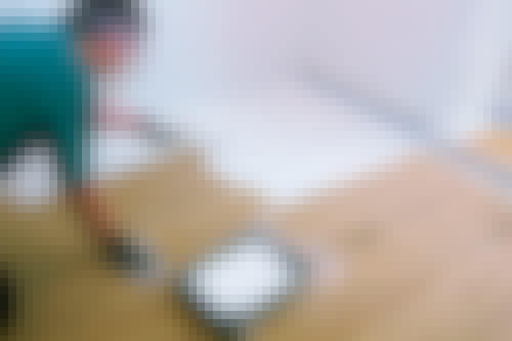 Male tregulv: Malingen rulles på med en korthåret malerull i et tynt lag.