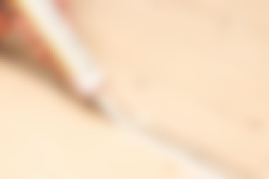 Male tregulv: Fugene først krafses rene, før de lukkes med akrylfugemasse.