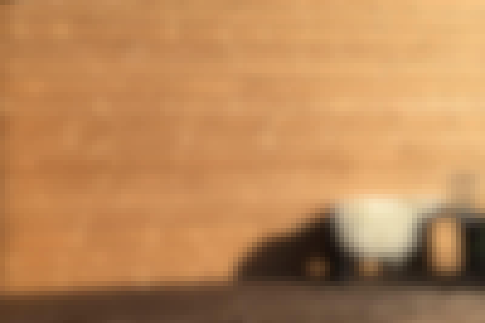 Limilaudoitus ulkoverhouslaudoista: Lehtikuusesta tehty limilaudoitus ei lahoa tai homehdu helposti, mutta öljyäminen pidentää puun käyttöikää.