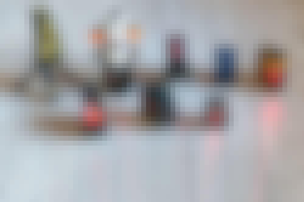 Test af krydslinjelasere: En krydslaser gør det legende let at sætte billeder, tapet eller fliser op på væggen.