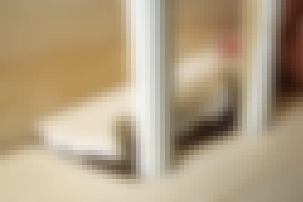 """Ilappning med """"kil"""" i golvbrädan: Sätt kilen på plats med rikligt med vitt trälim"""
