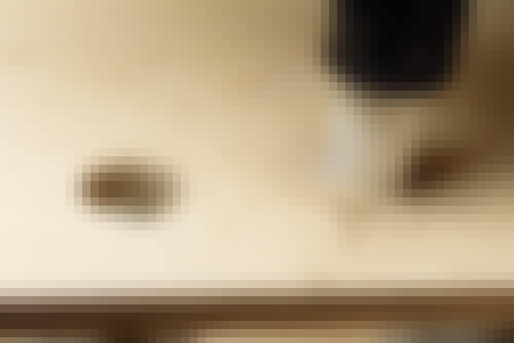 """Helt tett med """"kile"""" i gulvbordet: Hullene til de to rørene bores ut med et koppbor (også kalt en hullsag)."""