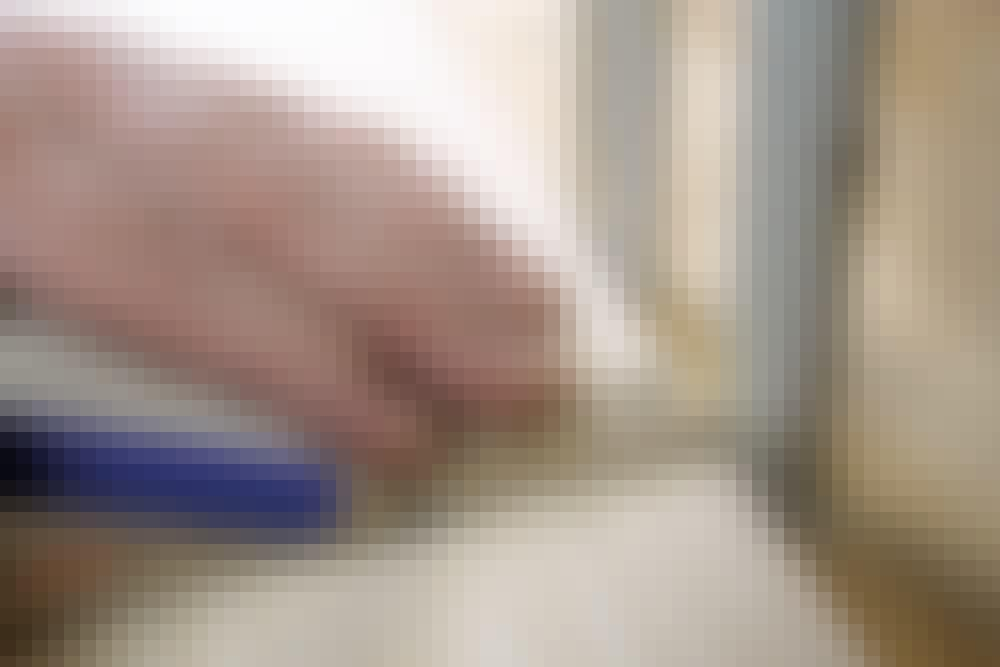 """Ilappning med """"kil"""" i golvbrädan: Börja med att markera rörens placering exakt på golvbrädan"""