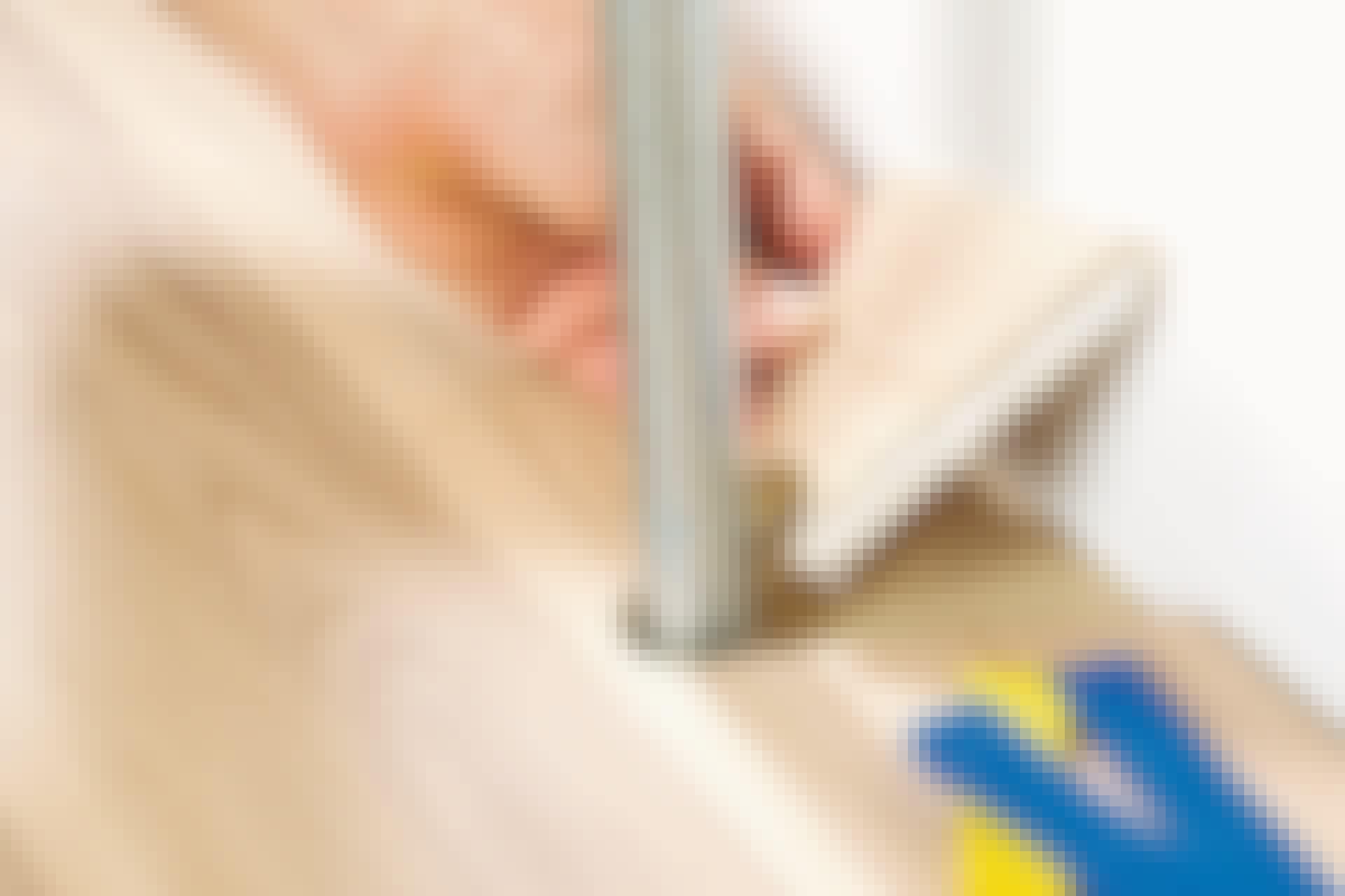 Et tregulv har helt tette sammenføyninger, og det gjelder å legge bordene rundt rør, så sammenføyningene blir helt tette også her.