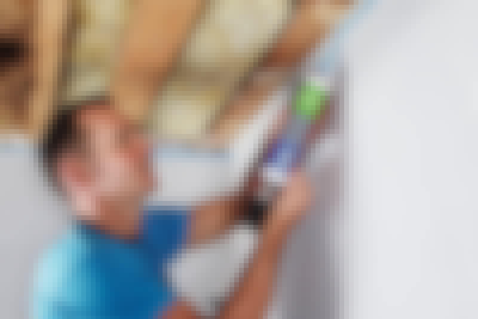 Folielimet sikrer at plastfolien sitter tett mot veggen. Det er mye enklere enn å bruke teip.