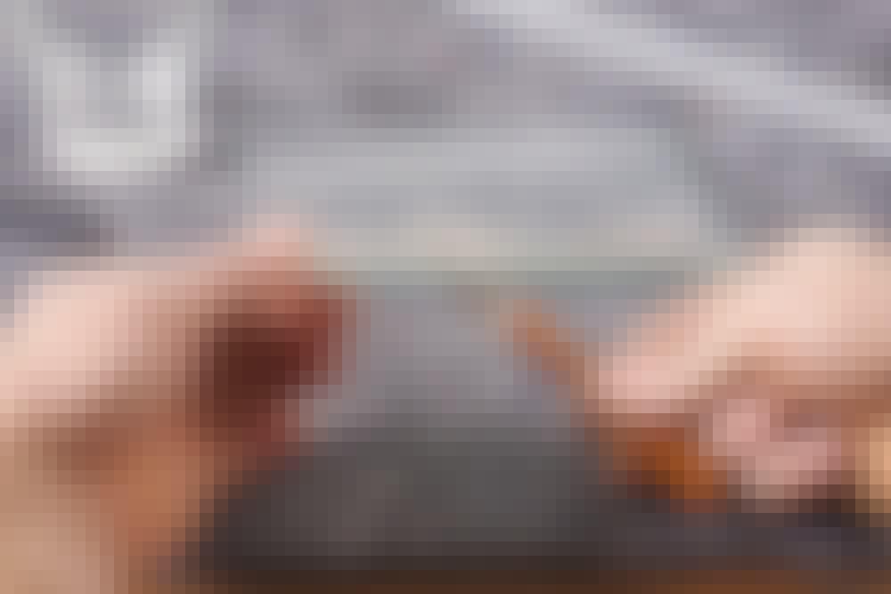 Skær i glas: Sørg for at holde glasset hen over tæppet, og bank forsigtigt på bagsiden langs med stregen