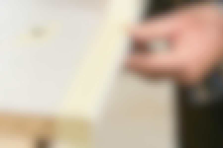 Det kan være svært at undgå, at laminatpladen flosser, når du saver den. Men sætter du et stykke tape på forsiden af pladen, hvor snittet skal lægges, og samtidig saver fra bagsiden med en stiksav, undgår du, at pladen flækker.