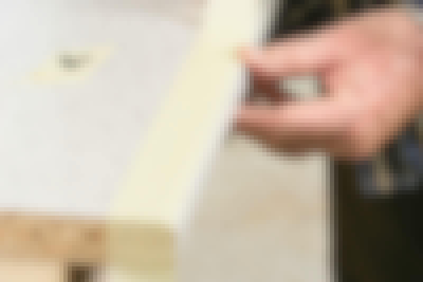 Det kan vara svårt att undvika att laminatskivan flisas när du sågar i den. Men sätter du en bit tejp på framsidan av skivan, där snittet ska läggas, och samtidigt sågar från baksidan med en sticksåg, undviker du, att skivan flisas. Då får du ett fint snitt.
