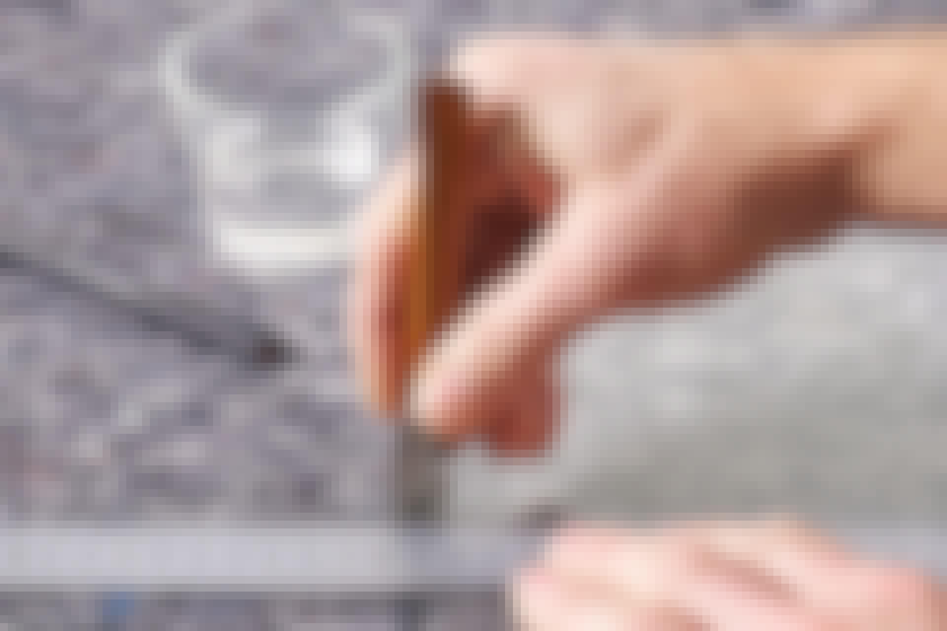 Oikea tekniikka löytyy yleensä vasta parin yrityksen jälkeen. Lasin leikkaamista kannattaa harjoitella aluksi pienellä palasella.
